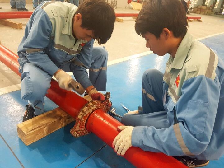 Cận cảnh thi tuyển đơn hàng lắp đặt đường ống