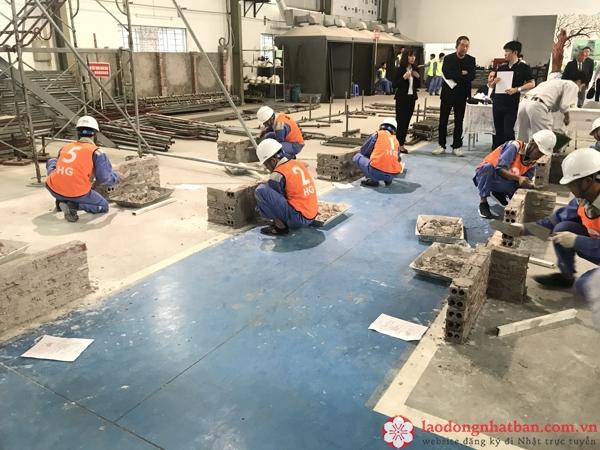 Một buổi thi tuyển đơn hàng xây trát trong tháng 4 tại Âu Việt